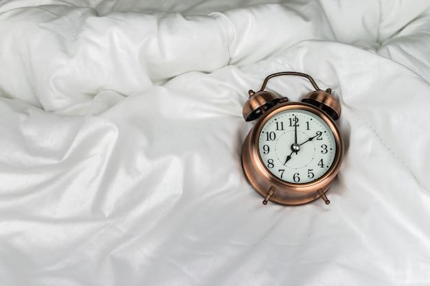 Wekker op het witte bed