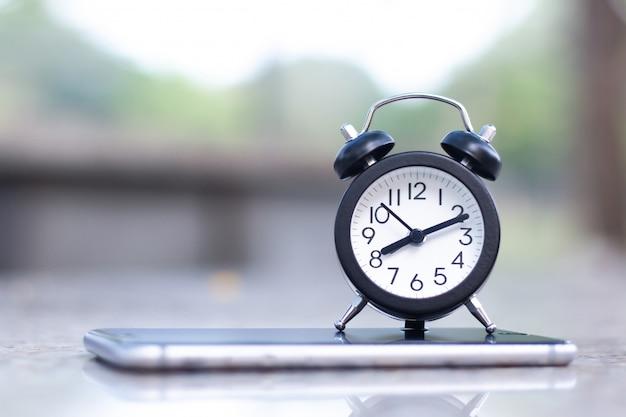 Wekker op mobiele slimme telefoon met exemplaarruimte.
