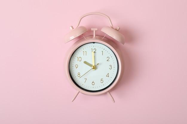Wekker op roze, ruimte voor tekst