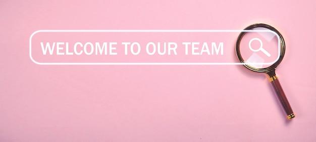 Welkom bij ons team met een vergrootglas. internetten. zoeken