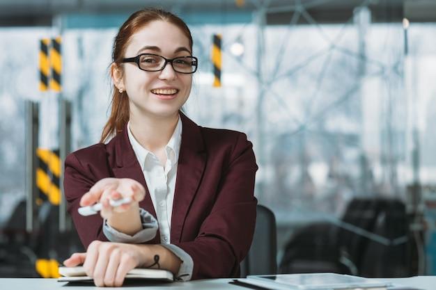 Welkom bij sollicitatiegesprek. we zijn aan het huren. vriendelijke zakelijke hr-vrouw die de hand uitstrekt voor het cv van de virtuele sollicitant.