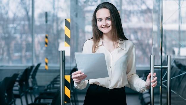 Welkom bij sollicitatiegesprek. we zijn aan het huren. vriendelijke zakelijke hr vrouwelijke kantoordeur openen voor virtuele sollicitant.