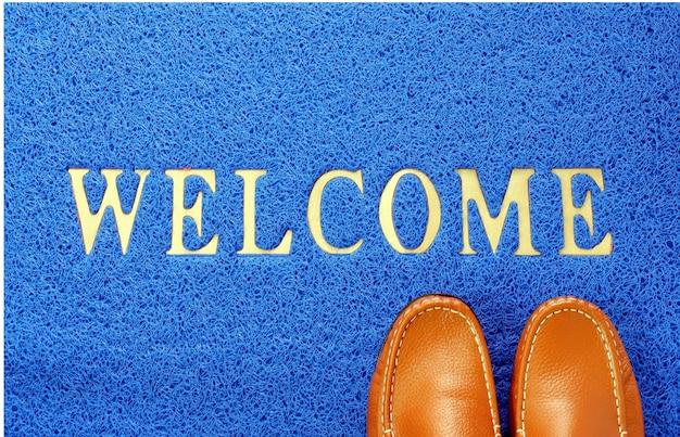 Welkom blauwe mat met bruine lederen schoen