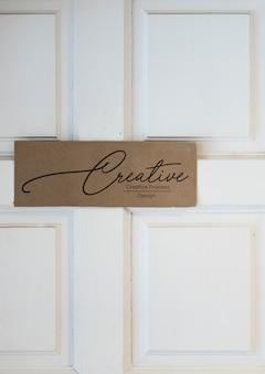 Welkom teken op een witte deur mockup