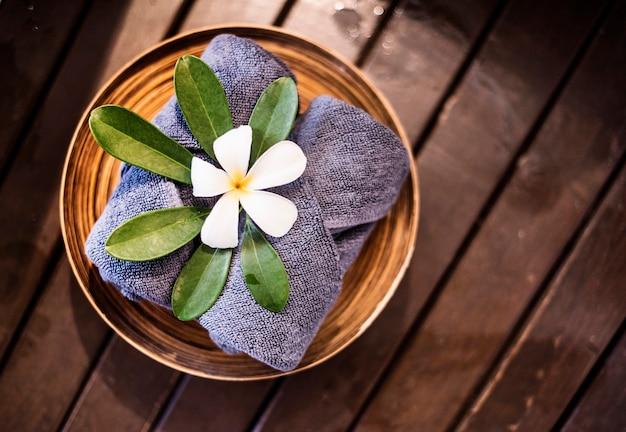 Welkomsthanddoeken versierd met plumeria-bloemen