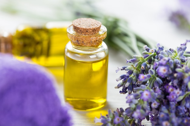 Wellness-behandelingen met lavendelbloemen op houten tafel