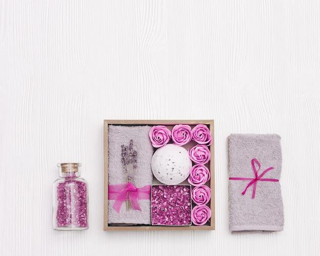Wellness geschenkdoos met lavendelbloemen en lavendelaroma-badbom zeezout