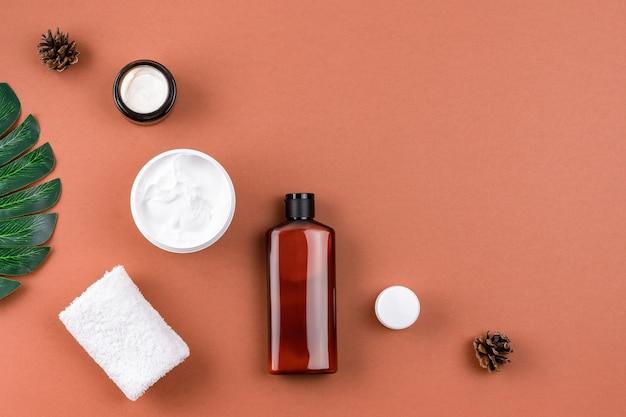 Wellness salon samenstelling. huidverzorgingsproducten met natuurlijke ingrediënten op een bruine ondergrond.