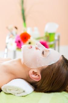 Wellness - vrouw die gezichtsmasker in kuuroord krijgt