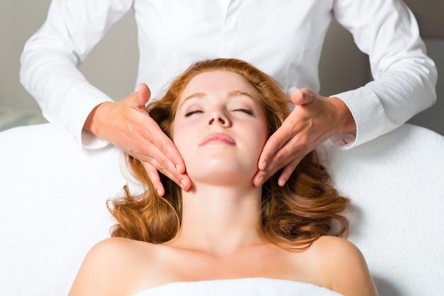Wellness, vrouw die hoofdmassage in kuuroord krijgt