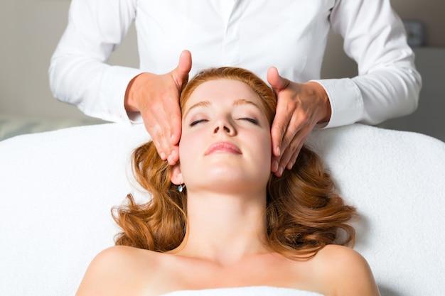 Wellness - vrouw krijgt hoofdmassage in spa