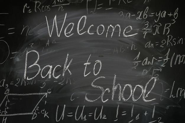 Welocome terug naar school geschreven woorden op bord met wiskundige formules