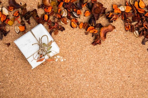 Welriekend mengsel van gedroogde bloemen en kruiden achtergrondontwerp met gift