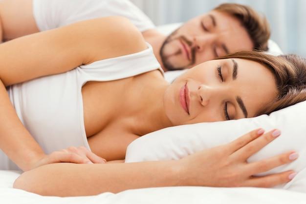 Welterusten. mooie jonge verliefde paar samen slapen in bed