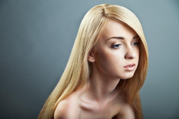 Welzijn en spa. sensueel vrouwenmodel met glanzend recht lang blond haar. gezondheid, beauty, wellness, haarverzorging, cosmetica en make-up