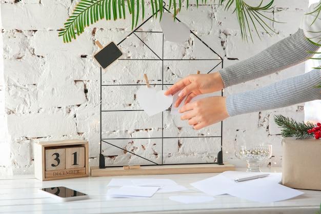 Wensen, dromen van doelen plannen op moodboard tegen bakstenen muur.