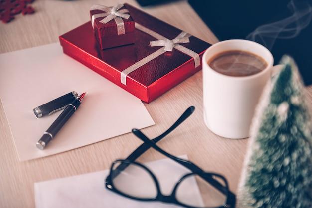 Wenskaart en cadeau doos op kantoor tafel