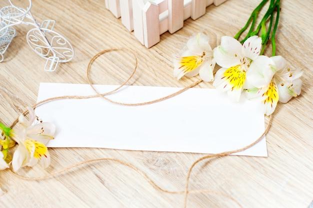 Wenskaart met bloemen alstroemeria en witte bord voor uw tekst