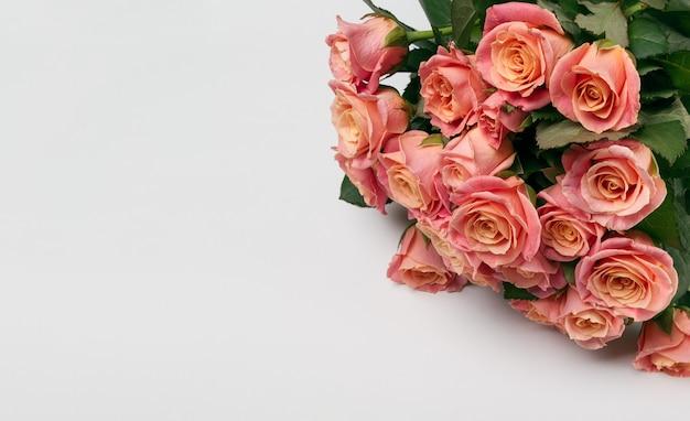 Wenskaart met boeket roze bloemen op witte achtergrond met kopie ruimte