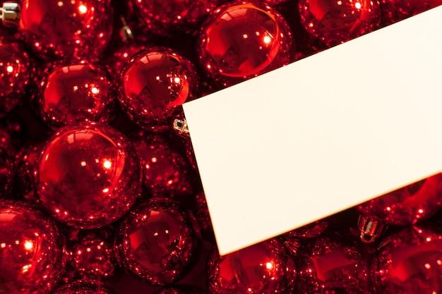 Wenskaart met kerst ornamenten