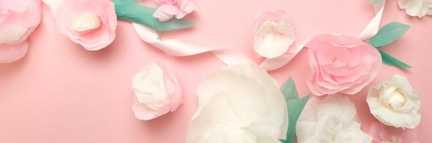 Wenskaart met papieren bloemen roos banner achtergrond.