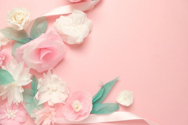 Wenskaart met papieren bloemen rose achtergrond.