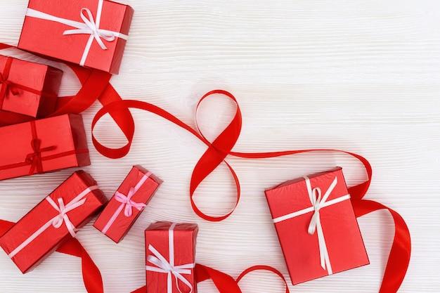 Wenskaart met rode cadeautjes en nummer 8 gemaakt van rood lint. womens day concept.