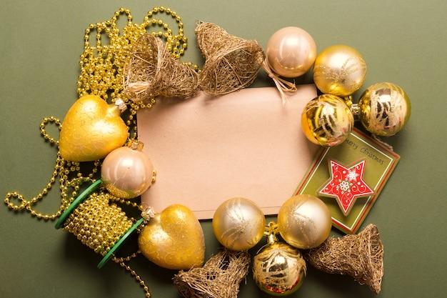 Wenskaart mock up met kerst ornamenten