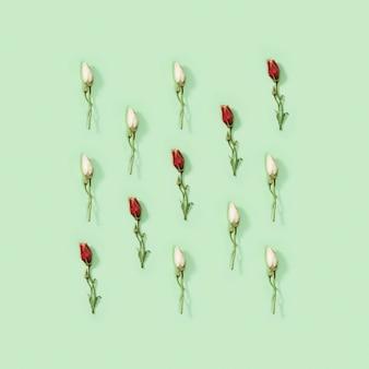 Wenskaart regelmatig creatief patroon van natuurlijke droge rode en witte bloem eustoma