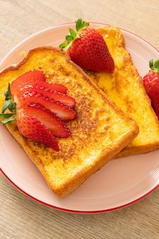 Wentelteefjes met verse aardbeien op bord