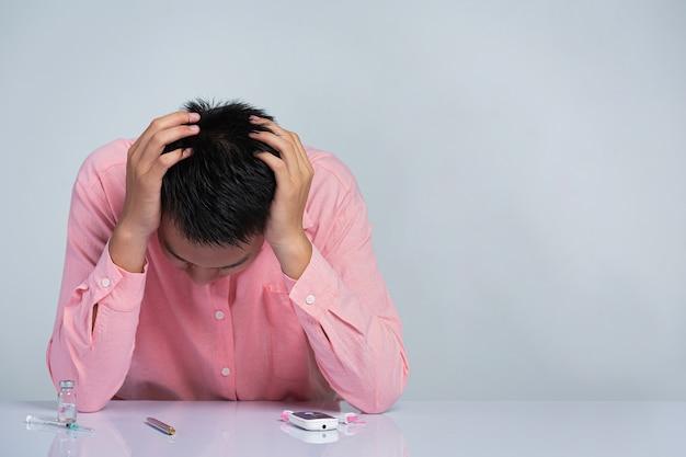 Wereld diabetes dag; man is gestrest, leg zijn handen op het hoofd over de resultaten van de bloedsuikertest