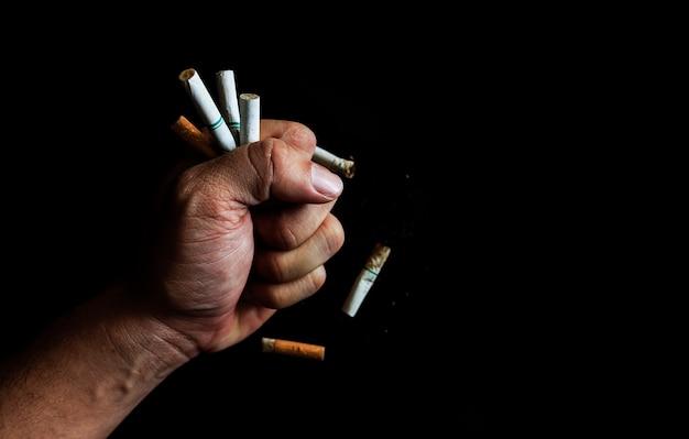 Wereld geen concept voor tabaksdag. sigaretten in de handen van mannen