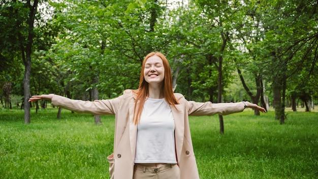 Wereld geestelijke gezondheid dag werk-privé balans verspreid positieve berichten concept roodharige vrouw in het bedrijfsleven