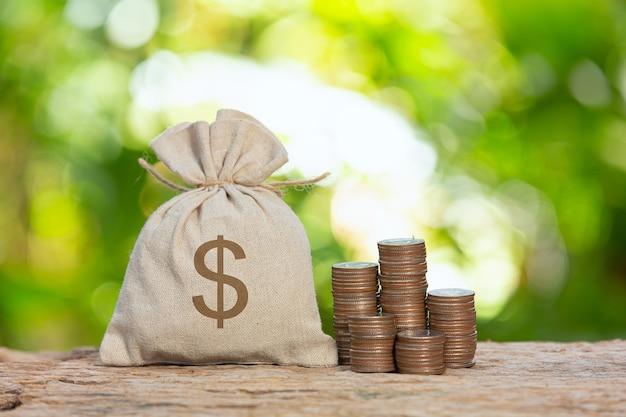 Wereld habitat dag, close-up foto van een stapel munten en een zak munt