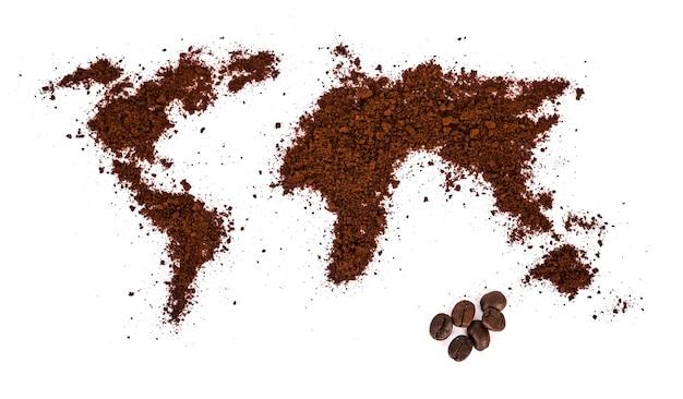 Wereld kaart gemaakt van koffie op een witte achtergrond