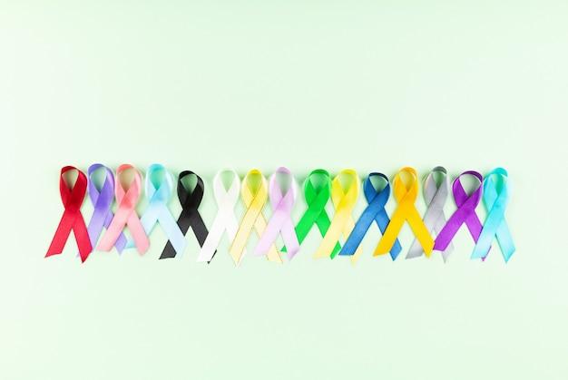 Wereld kanker dag achtergrond. kleurrijke linten, kankervoorlichting. bovenaanzicht