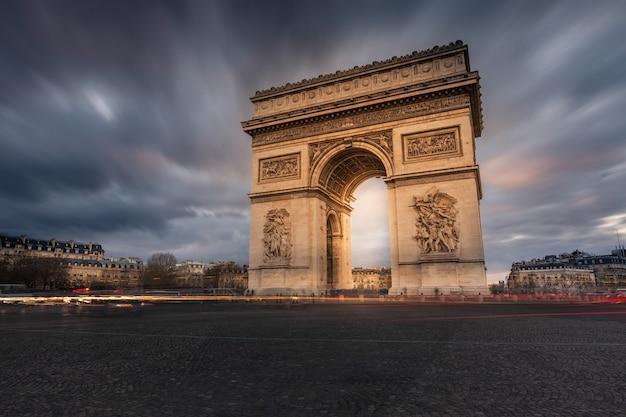 Wereldberoemde arc de triomphe in het centrum van parijs, frankrijk.