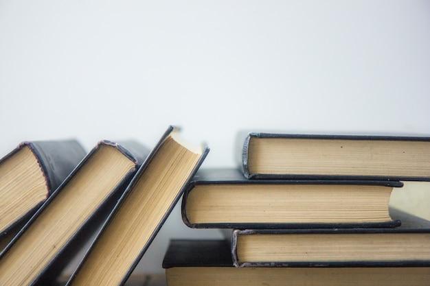 Wereldboekendag. stapel kleurrijke boeken. onderwijs achtergrond. terug naar school. onderwijs bedrijfsconcept. kopieer ruimte voor tekst