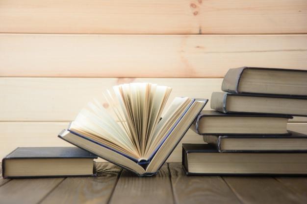 Wereldboekendag. stapel kleurrijke boeken. onderwijs achtergrond. terug naar school. onderwijs bedrijfsconcept.
