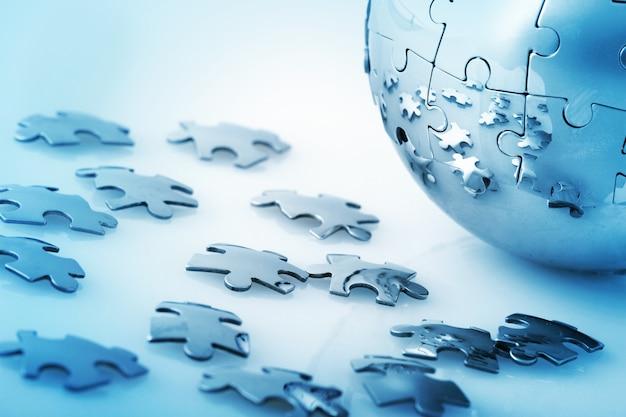 Wereldbol gemaakt van puzzelstukjes - global business, global problems concept