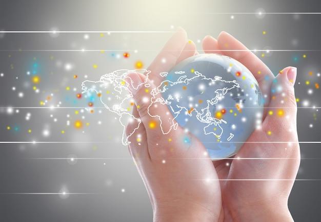 Wereldbol in menselijke handen en getekende kaart op onscherpe achtergrond