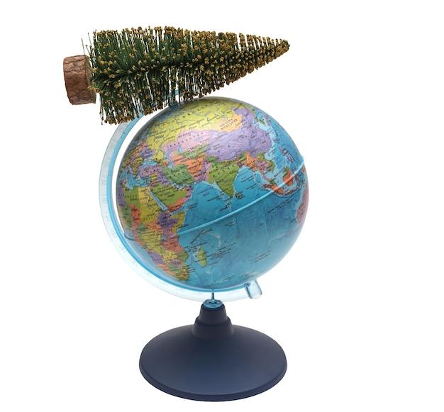 Wereldbol met een kerstboom, een feestdag van het nieuwe jaar en kerstmis over de hele wereld.