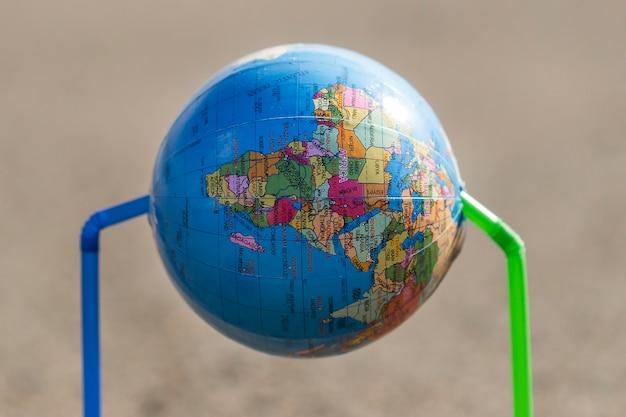 Wereldbol met plastic rietjes