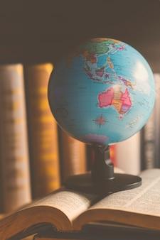Wereldbol op boek. onderwijs school concept