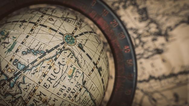 Wereldbolmodel op oude wereldkaart