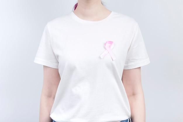 Wereldborstkanker dag concept. meisje met roze lint op wit t-shirt. oktober borstkanker bewustzijnsmaand