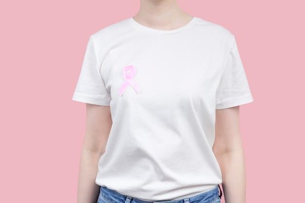 Wereldborstkanker dag concept. vrouw in wit t-shirt houdt roze lint in haar hand. oktober borstkanker bewustzijnsmaand