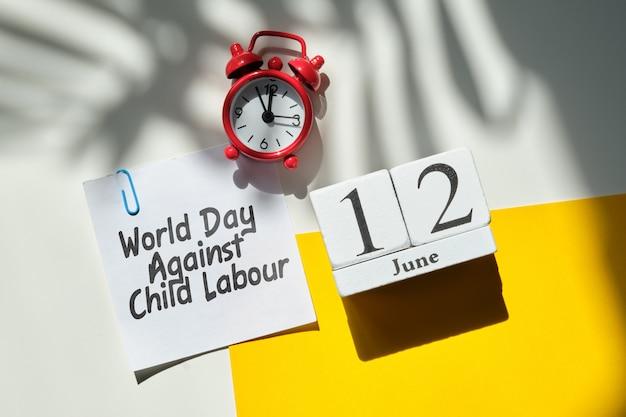 Werelddag tegen kinderarbeid 12 twaalfde juni maandkalender concept op houten blokken.