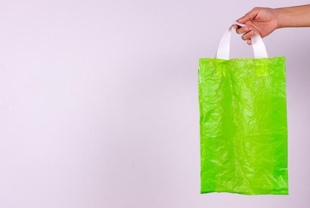Werelddag van de aarde. zeg nee tegen plastic zakken, recycleconcept, milieuvriendelijke papieren zak en plastic pakket.