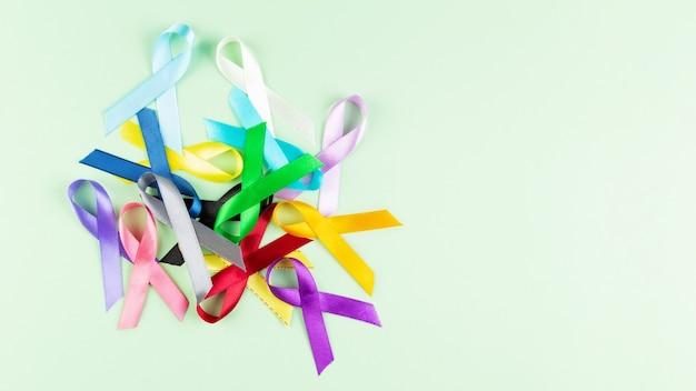 Werelddag voor kanker. kleurrijke linten, kankervoorlichting. bovenaanzicht. kopieer ruimte